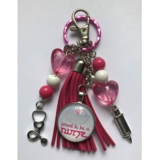 "Tassenhanger sleutelhanger ""proud to be a NURSE"" roze wit"