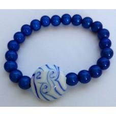 Armband blauw met blauw/witte glaskraal