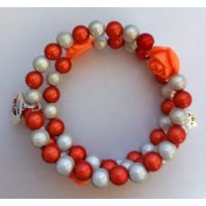 Zelf-maak-pakket spiraal armband oranje / wit met oranje roosjes en bedels