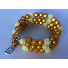 Spiraal armband  goud / geel en beige kleine roosjes
