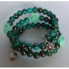 Zelf-maak-pakket spiraal armband groen met licht groene roosjes en bedels
